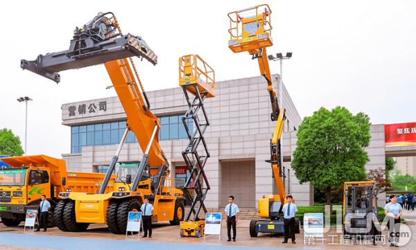 △从右至左车型依次为:电动平衡重式叉车、曲臂移动式升降工作平台、剪叉式高空作业平台、45吨电动集装箱正面吊