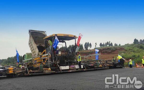 316kW超大功率发动机是它高质量摊铺的有力保障