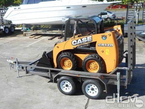 凯斯滑移装载机甚至只需要一辆三轮拖挂就能拖运到现场