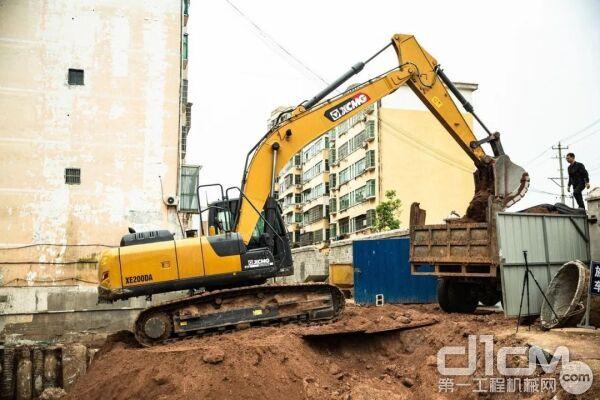2017年,胡顺民拥有了自己的第一台徐工挖掘机