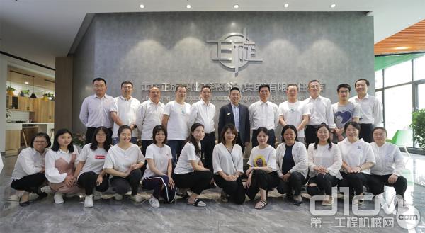 重庆正旋基础工程建设(集团)有限公司员工合影