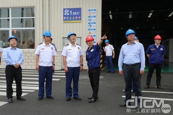 刘锡鑫政委听取徐工成套化消防救援产品技术参数的详细介绍