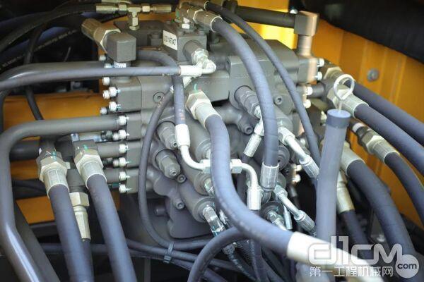 采用双泵恒功率负流量液压系统