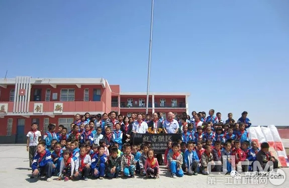 小松在中国建立了26所希望小学