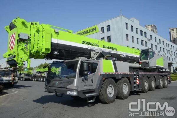 中联重科交付中东地区第一台中大型吨位ZAT4500V全地面起重机