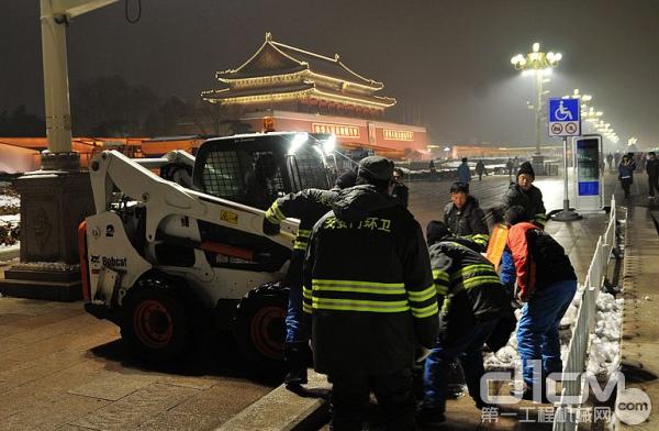 环卫工人与山猫滑移装载机