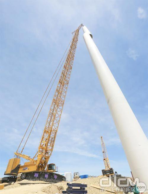 徐工XGC12000履带起重机正在吊装施工