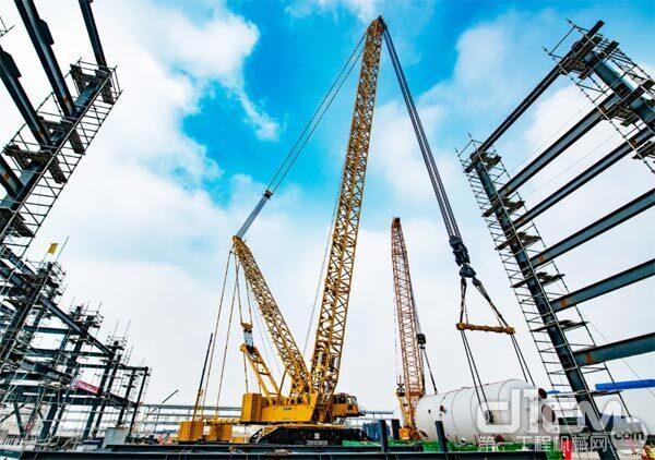 徐工第四台2000吨级履带起重机XGC28000在连云港盛虹石化项目顺利启用