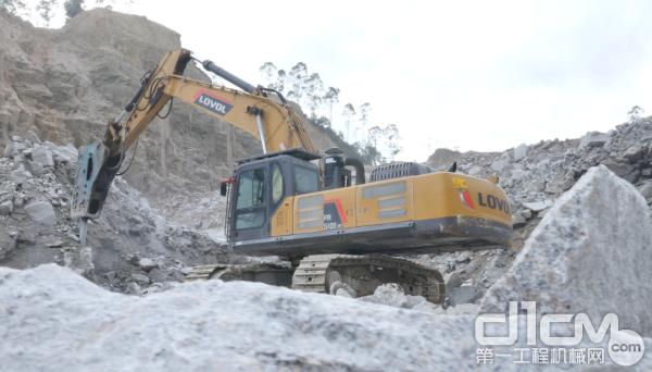 大吨位挖掘机在石矿内破碎施工