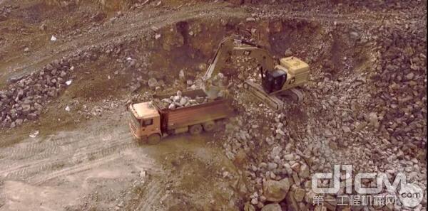 新一代CAT349挖掘机正在作业