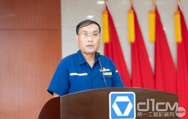 徐工挖掘机械事业部副总经理张雷宣读表彰决定