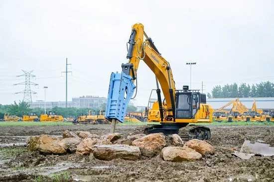 柳工新款CLG956EHD挖掘机正在展现其破碎实力