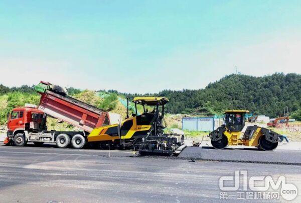 柳工交付湖北十堰的摊铺机和双钢轮压路机