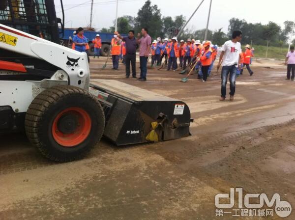 山猫滑移装载机携专业养护属具助力道路施工
