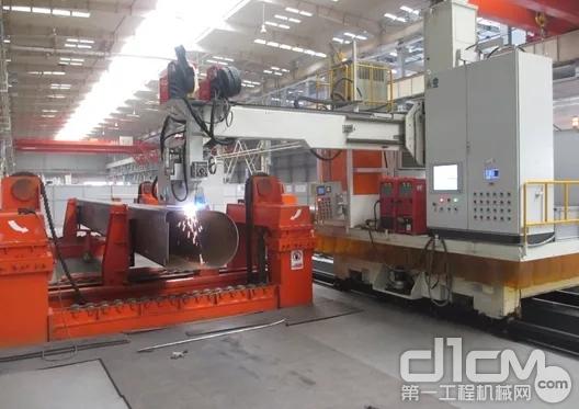 目前,徐工起重机吊臂智能化焊接率高达100%