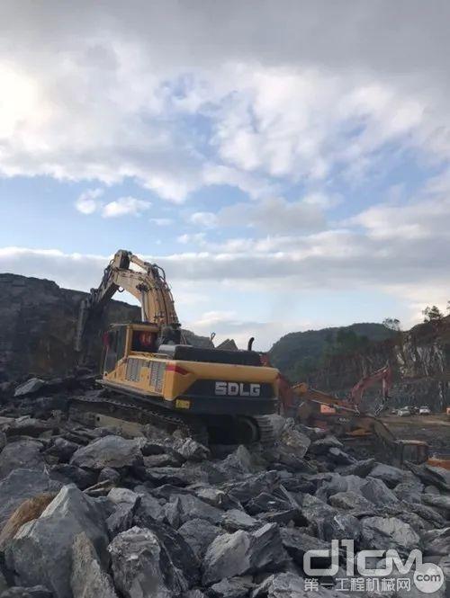 在杭州一矿山施工的山东临工E6500F挖掘机