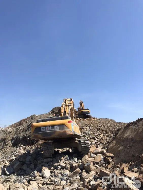 矿山上排队干活的山东临工大挖机