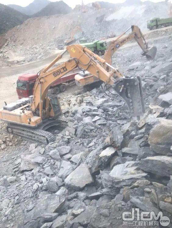 破碎和装车,山东临工挖机并肩作战