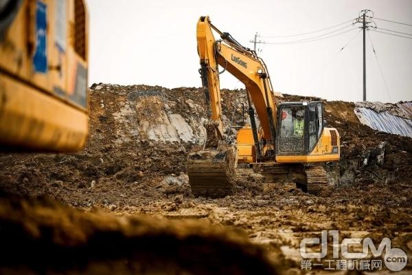 柳工挖掘机施工现场