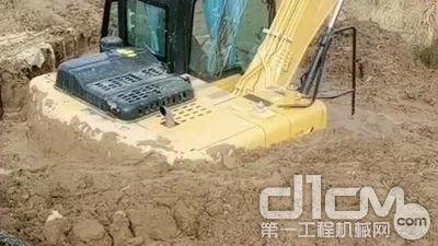 挖机遭遇泥石流
