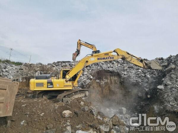 正在施工的小松<a href=http://product.d1cm.com/wajueji/ target=_blank>挖掘机</a>