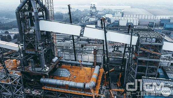 河北辛集市的澳森钢铁有限公司内吊装现场拍图