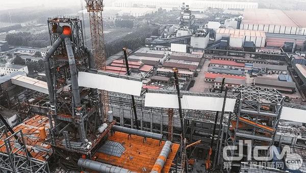 施工场地宽度不到20米,5台超大吨位起重机进场后,现场施工环境非常狭小拥挤