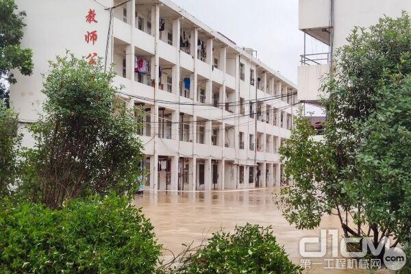 湖北黄冈黄梅县华宁高中校区内内涝严重