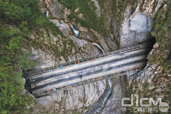 俯瞰通村公路隧道之间的钢桥。新华社记者 江宏景摄