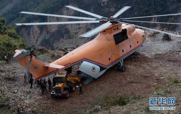 """各类的施工机械被直升机""""吊""""进村里"""