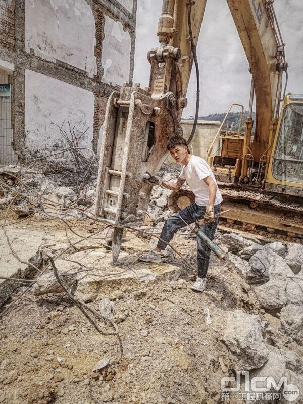左雄涛和他的临工挖掘机