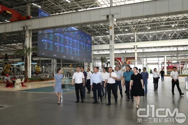 客户参观亚洲最大的智能制造灯塔工厂——18号厂房