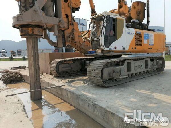 图为在该现场为连续墙引孔的宝峨BG 38旋挖钻机