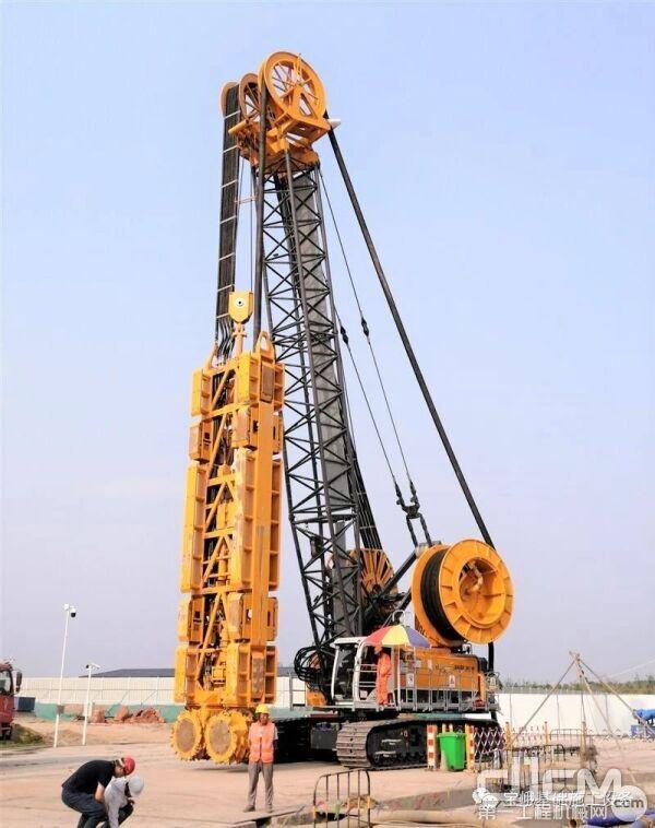 图为在现场施工的宝峨MC 96 / BC 40双轮铣槽机,其最大施工深度可达120米