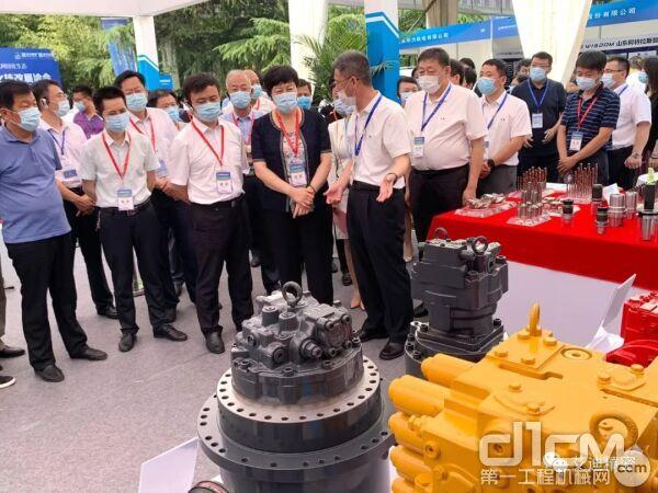 省工信厅党组成员、省化转办专职副主任李莎,省工信厅副厅长王新生一行莅临公司展区。