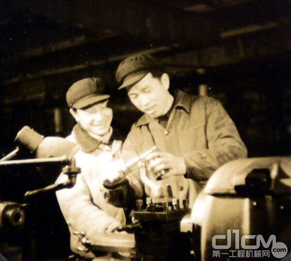 吴益民正在和技术员研究