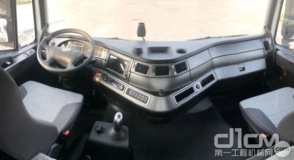 驾驶室中控台采用V字造型、航空座舱式布局
