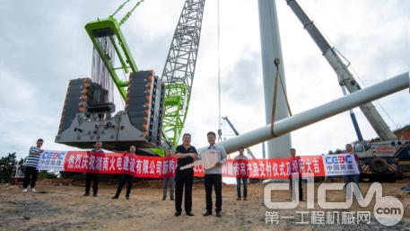 湖南火电建设有限公司机械化工程公司总经理欧阳德接受我司赠与的金钥匙(前排右一)