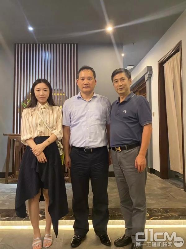 三一集团董事、三一重卡董事长梁林河(中间)与湖南省云传公司董事长贺志元(右一)及女儿(左一)合影