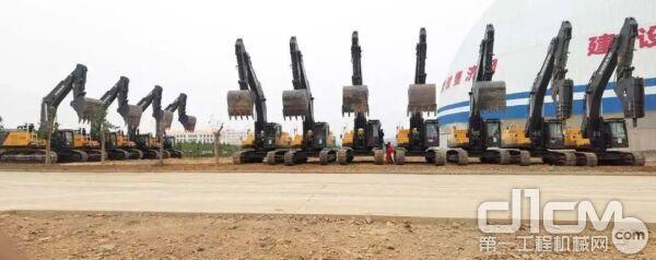 四台950挖掘机与7台480挖掘机交付