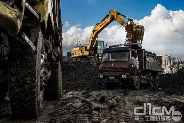 根据场景不同,挖掘机装车作业一般有3种方式:平地装车、高台装车和低位装车