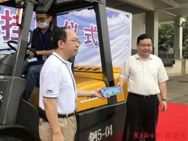 武汉富士康科技园中一台叉车获得了武汉市首张非道路移动机械环保标牌
