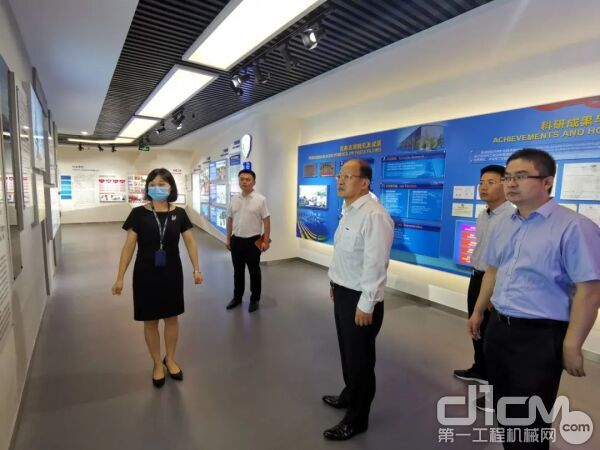 刘建森等徐工一行参观了金诚信的展厅