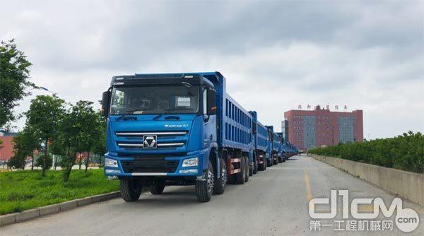 千余米长的徐工汉风G7自卸车、牵引车