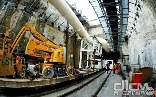 在某城市的地铁施工中,<a href=http://product.d1cm.com/bijiazuoyeche/ target=_blank>高空作业平台</a>为管道的搭建起到了关键作用