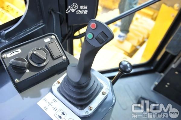 左侧为电控变速换向手柄