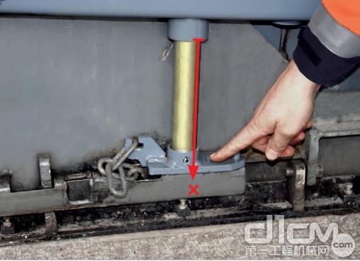 在由于误操作使得液压升降油缸彻底延伸时,液压升降边板的好处显现出来