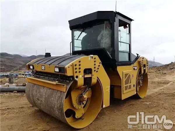 重庆广晟行采购的第一台CAT CB13双钢轮<a href=http://product.d1cm.com/danganglun/ target=_blank>压路机</a>
