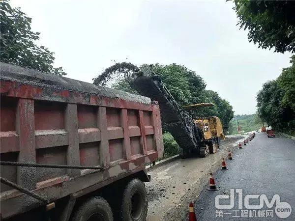 CAT PM620铣刨机正在路面施工