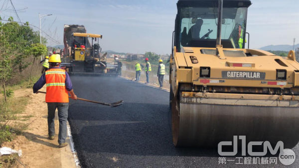 CAT CB13双钢轮振动式压路机正在参与武汉市政道路建设